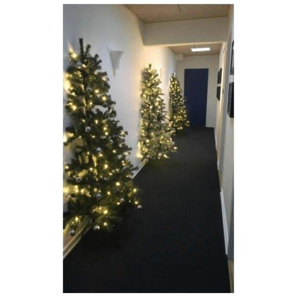 Halvt juletræ - kunstigt plastik juletræ 180 x 118 cm med 150 LED-lys