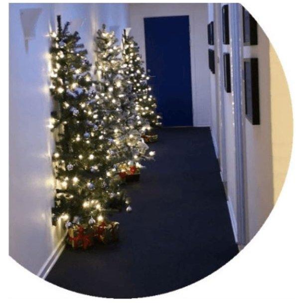 Halvt juletræ - kunstigt plastik juletræ 180 x 118 cm med sne og 150 LED-lys